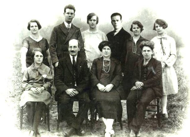 Samauel Goddard and Elizabeth Fuller, with family. Hilda is in the back row, centre, between her brothers.